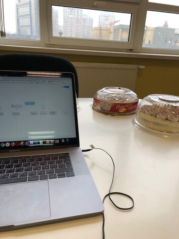 ноутбук и торт